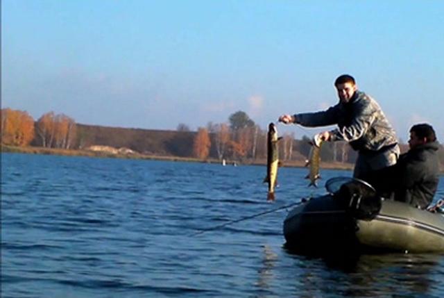 Октябрь - время ловли щуки с лодки на больших водоемах.