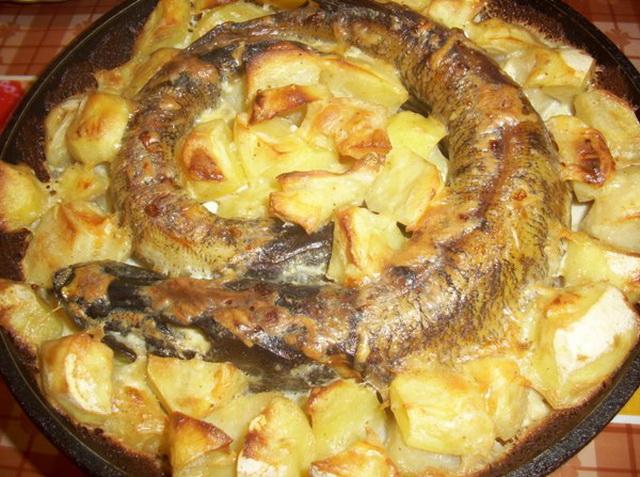 Щука в сметане в духовке с картошкой