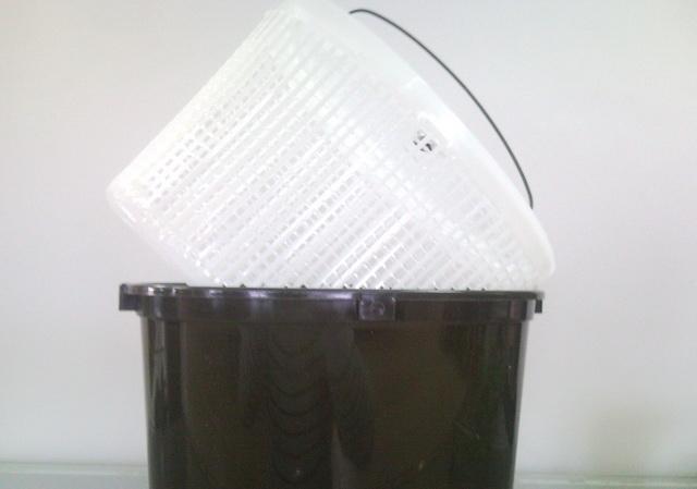 Пластиковая корзина позволяет доставать живца из кана и не травмировать рыбок раньше времени.