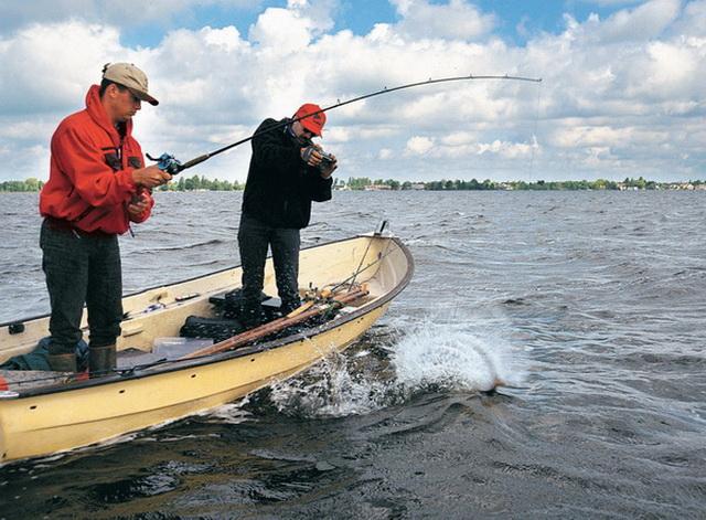 С лодки можно ловить и длинным, и коротким спиннингом.