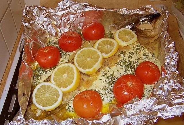 Щука в духовке в фольге с помидорами