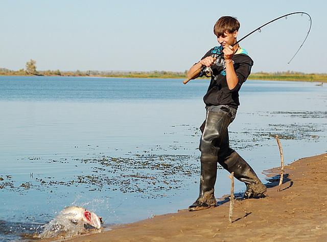Ловить щуку на кастмастер можно с лодки, а можно с берега.